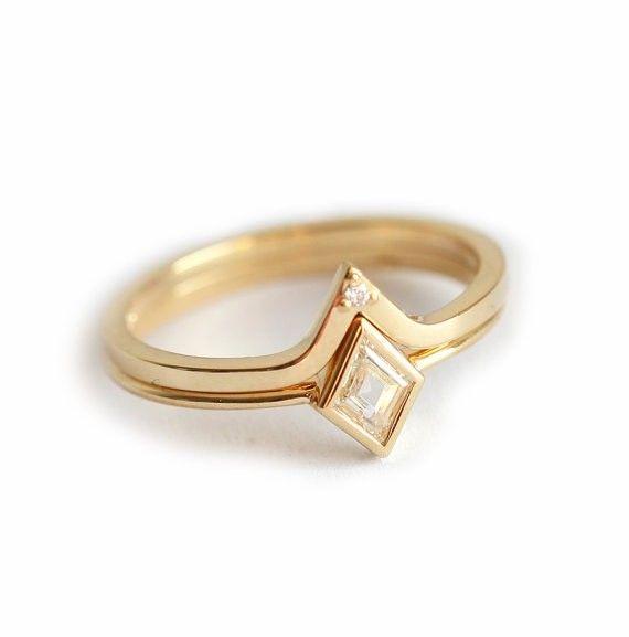目の覚めるようなダイヤモンドのセットリング。このセットは、ひし形ダイヤモンドのソリティアリングとそれにぴったりフィットするダイヤモンドのVバンドリングを含みます。自分用はもちろん、エンゲージリング&マリッジリングにしても良いです。商品の詳細<天然石>♢ ひし形ダイヤモンド 0.25カラット、明度VS、色度G♢ ラウンドダイヤモンド 1.2mm、明度VS、色度G☆!ダイヤモンドは、コンフリクトフリーです!☆<金属>・18kイエローゴールド・バンドの幅 約1.5mm同じデザインを他のストーンでも作製することが可能です。希望の方は、お手数ですが、購入前にご連絡ください。【注意点】※16号以上を希望する方は購入前にご連絡ください。━━━━━━━━━━━━━━━━━━━━━━━━━━━━━━━━━━━━━━゚・*☆ご質問があれば、遠慮なくお問い合わせください☆*・゚━━━━━━━━━━━━━━━━━━━━━━━━━━━━━━━━━━━━━━商品は、受注製作となっておりますので、お支払い後に作製を開始します。製作には14~21日営業日いただいております。ご理解の程よろしくお願いしま...