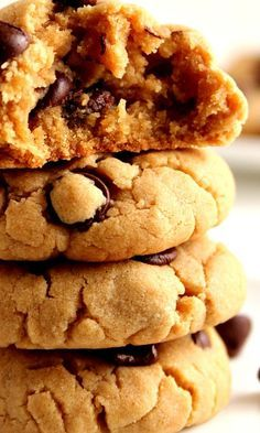 Peanut Butter Chocolate Chip Cookies Recipe – soft and thick peanut butter cookies with chocolate chips. Quick and easy cookie dough that requires no mixer and no chilling the dough!