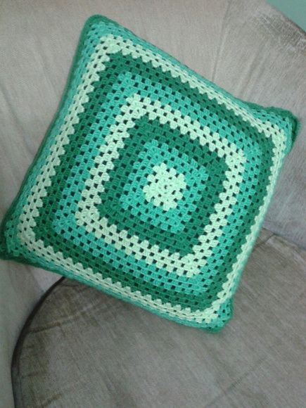 Linda capa para almofada em crochê degradê.    Frente e verso nas mesmas cores em posições diferentes.    Fica ótima na decoração com outras peças.