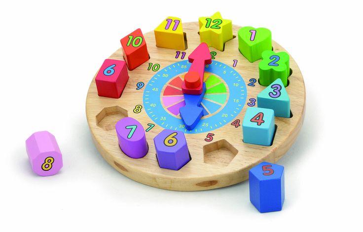 """Træpuslespil """"Ur"""" fra Woodlii – et flot legetøjssæt med træklodser og en urplade, så barnet selv kan samle sit ur. Træpuslespillet er, ligesom puttekassen og stableklodserne, fantastisk til at lære barnet farver, former, tal og mængder, mens der leget for fuld knald. En både farverigt, underholdende og gedigent stykke legetøj fra Woodlii til de mindste børn.<br><br>Anbefalet alder: Fra 18 mdr.<br><br>Mål: Ø22 x 7 cm.<br><br>Materiale. Træ.<br>"""