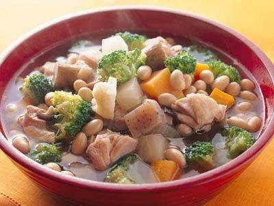 野崎 洋光さんの「根菜と鶏肉の煮物」のレシピページです。 材料: 大根、にんじん、ごぼう、生しいたけ、こんにゃく、ブロッコリ、カリフラワー、鶏もも肉、昆布、大豆、A