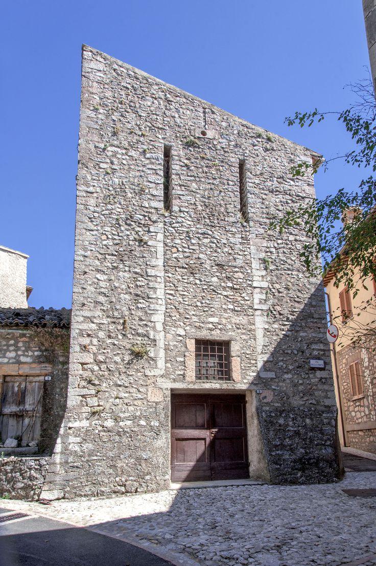 Vallo di Nera fraz. Meggiano (PG). La torre con lunghe feritoie del ponte levatoio dell'antico castello.