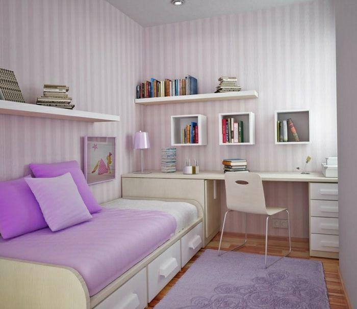 Schlafzimmer-schönes-Interieur-lila-Akzente-Schreibtisch-Regale-weiß-Bücher-kleine-Lampe-weiches-Sofa-Kisse-Schubladen