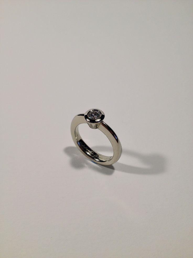 Diamond ring 18 kt gold modern Italian style