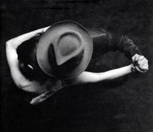 Вдохновляющая картинка удивительно, искусство, чёрнобелое, чёрно-белое, пара, танец, девушка, шляпа, он, мужчина, фото, фотография, она, прикосновение, женщина, 284025 - Размер 500x500px - Найдите картинки на Ваш вкус