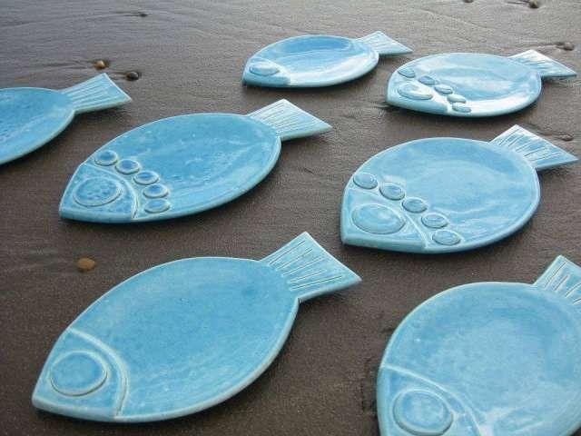Platos pez.Ideales para mariscos y pescados. Esmaltes sin plomo. Aptos microondas Envíos a todo el país. Facebook: Pato Roca Cerámica