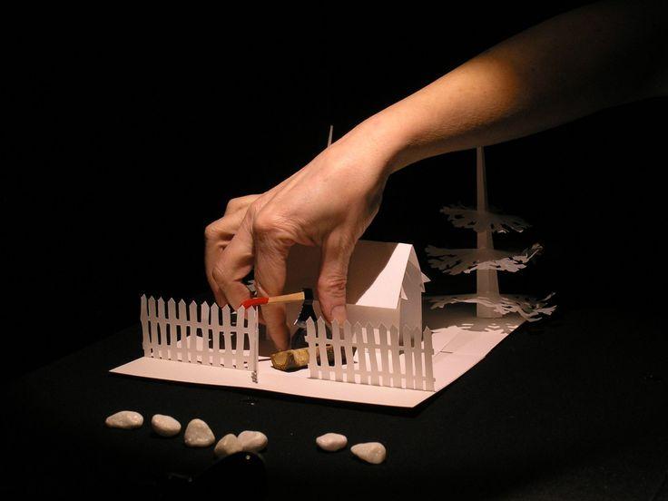 Det klassiske Brdr. Grimm eventyr om to fattige børns grumme skæbne, iscenesat som objektteater på et bord, fortalt via ord, objekter, lys og papir. Siderne i pop-up bogen har revet sig løs, tinge…