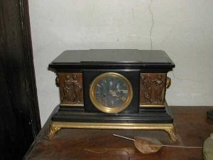 Orologio da caminetto in marmo nero e bronzo dorato