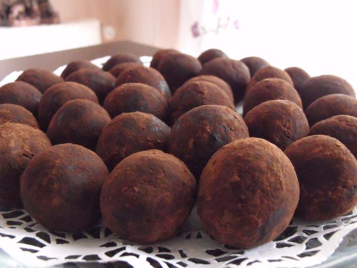 KESTANELİ TOPLAR20 adet kestane 250 gr bitter çikolata 1 adet kakaolu pandispanya yarım su bardağı kakao 1 yemek kaşığı tereyağı