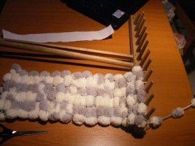 Návod na bambulkový šál, ktorý upletiete na hrabliach
