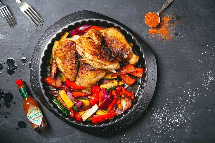 """Цыпленок с овощным соте. Курица, кориандр ,паприка, смесь 5 перцев, сухой чили, цукини, паприка, красный лук, бальзамический уксус черный, сахар, соус """"сацибелли"""" - томатная паста, масло растительное, вода, чеснок, петрушка, кинза, соль, сахар. Подробный рецепт можно найти в архиве рецептов на сайте vkusnadom.ru/ Готовить изысканные ресторанные блюда легко с ВкусНаДом!) Заказ можно сделать на сайте vkusnadom.ru/ или в группе в вк vk.com/vkusnadom"""