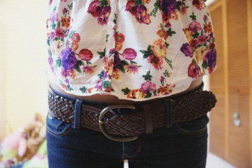 Love big belts with low waisted jeans...so cute