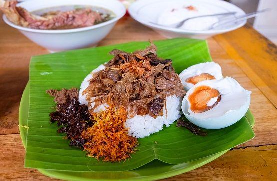 Resep Nasi Krawu – Bagi masyarakat di Indonesia keberadaan nasi merupakan hal yang sangat utama dan penting. Nasi adalah makanan pokok yang setiap harinya dari pagi hari hingga malam hari dikonsumsi oleh seluruh masyarakat Indonesia. Terdapat berbagai macam variasi olahan