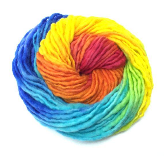 Filée main et peint à la main Filée au hasard épais et mince Laine mérinos australienne - 21,5 micron et à côté de la peau douce. Couleurs de l'arc-en-ciel: saphir, bleu turquoise, lavande, rouge, orange, jaune soleil et vert. Un écheveau de 50 verges Moyenne 6 à 7 s'enroule par pouce 1,65 onces/47 grammes Soigneusement lavés Seul pli Poids encombrant Vêtements faits avec ce fil peuvent être main lavée à leau froide avec un savon formulé spécialement pour la laine, comme Eucalan.  Si vous…