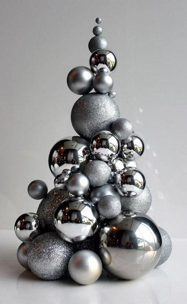 Adorno hecho con esferas navideñas en color plata
