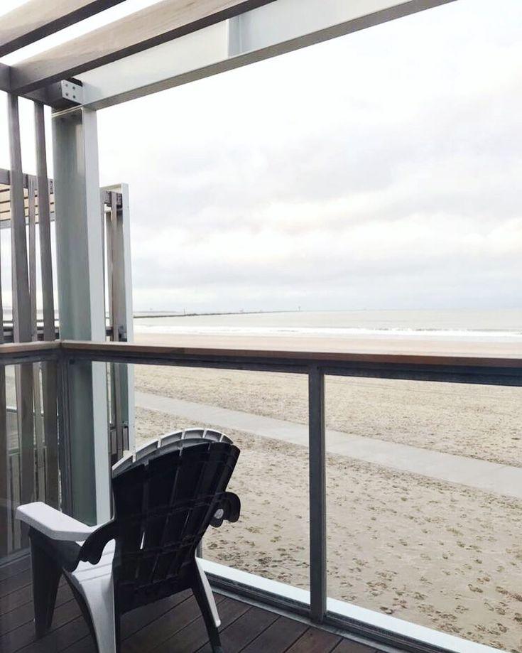 I found my paradise  Wir verbringen ein paar Tage in Hoek van Holland einem kleinen Ort in der Nähe von Den Haag. Hier stehen wunderschöne und liebevoll eingerichtete Strandvillen auf 2 Etagen. Der Blick auf dem Foto ist aus dem Schlafzimmer. Nein: Aus dem Bett!  Ist das nicht wunderbar?  Es stürmt und regnet gerade die Wellen der Nordsee zerschellen nur wenige Meter vor uns am Strand. Und ich werde zum Ende des Jahres ganz ruhig. Gott ist das schön!   #landalbeachvillas #landalpark #holland…