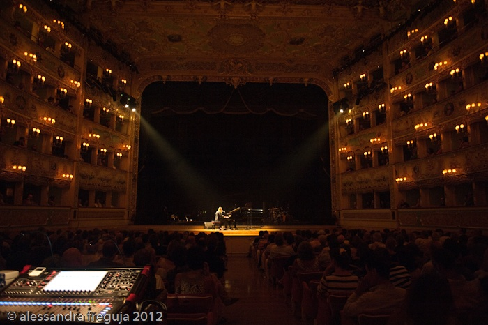 Carlot-ta, che ha aperto il tutto esaurito ieri per Gilberto Gil in String & Rhythm Machines concert alla Fenice di Venezia© alessandra freguja 2012