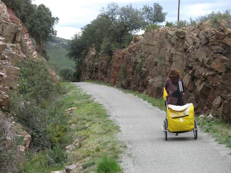 Esta vía verde de los Ojos Negros nació en 1907 como tren minero que desde las minas de Sierra Menera... http://www.viajarenfamilia.net/viajes/la-via-verde-de-ojos-negros/