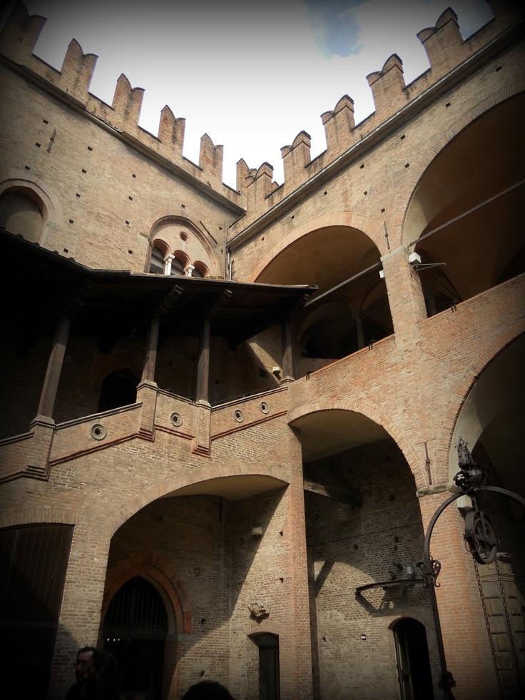 #invasionidigitali #tourdelletorri scorcio della corte di Palazzo re Enzo
