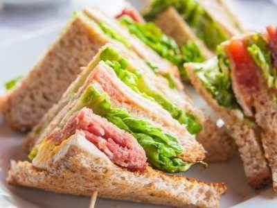Sandwich Tuna - Disini ada cara membuat video resep sandwich tuna mayo lapis roti gandum kornet sederhana telur gulung mayonnaise kaleng keju melt segar untuk diet sehat.