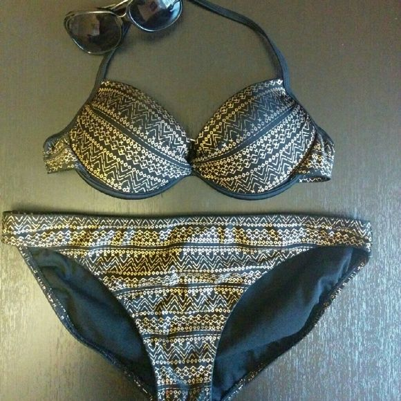 Aztec bikini set This stunning bikini will make you glow on the beach this summer! The top is a large and the bottoms are an extra large. Swim Bikinis