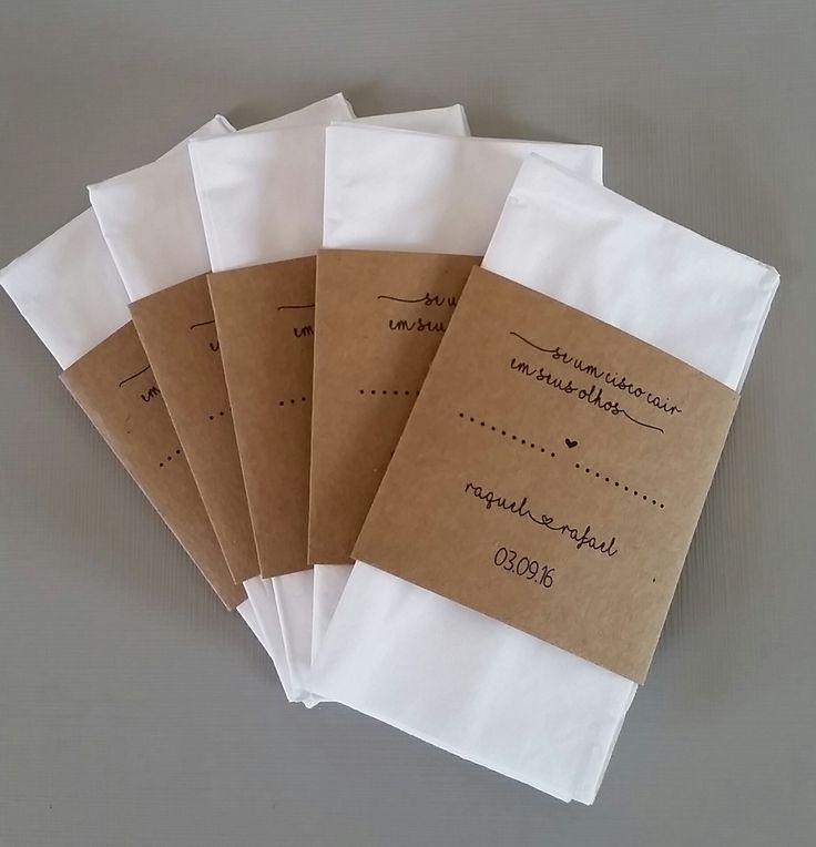 Lágrimas de alegria produzidas em papel kraft em estilo rústico.  Tamanho final: 6 X 10,7cm  Tamanho do rótulo: 6 X 5,9cm  Lenços de qualidade da marca Softy's  Impressão a laser