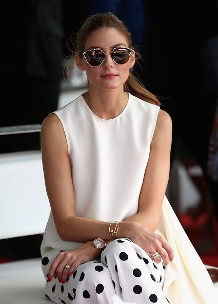 FOCUS ON: i gioielli preziosi e gli occhiali dai riflessi dorati sul bianco totale (e sui pois neri).