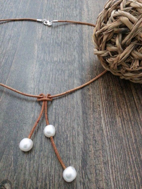 Collar de cuero y perlas de agua dulce por CaneladePlata en Etsy.