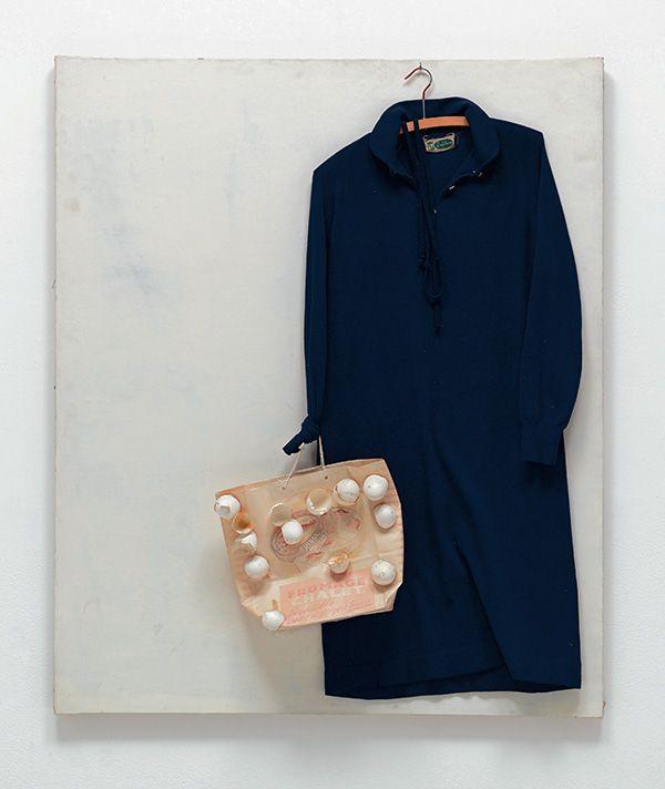 María, 1966.Vestido, percha, bolsa, cáscara de huevo, lienzo pintado. The Museum of Modern Art, New York. Gift of Herman J. Daled, 2011. © 2015 Estate of Marcel Broodthaers / Artists Rights Society (ARS), New York / SABAM, Bruselas