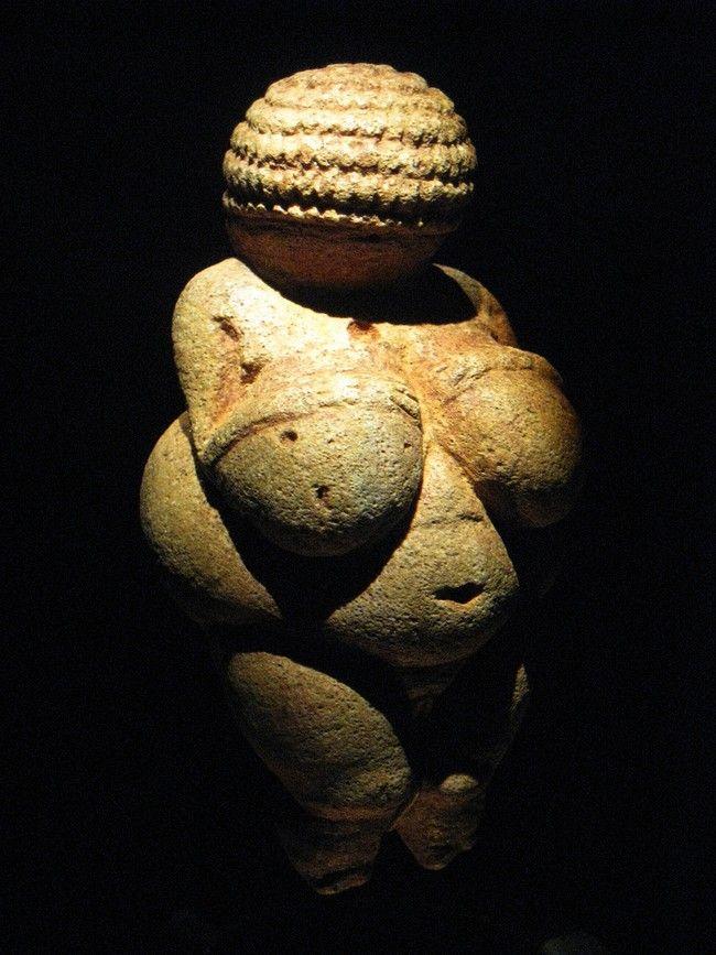 Vénus de Willendorf  Haute de 110mm et taillée dans le calcaire, c'est une des Vénus les plus formées qui soit et fait partie des Vénus stéatopyges. Portant une poitrine énorme sur laquelle reposent deux bras malingres et des mains très fines, sa tête est toute entière représentée sous un motif de boucles ou de tresses enroulées. Découverte en 1908, on estime sa création à 23000 BP. Ses rondeurs et sa perfection stylistique en fait un des objets les plus connus et les plus représentatifs de…
