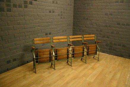 Franse vroeg 19de eeuwse smeedijzeren geklonken theater stoelen met massief eiken zitvlak en rugleuning theater stoelen, vintage theater stoelen, theater seats, cinema stoelen, cinema seats vintage