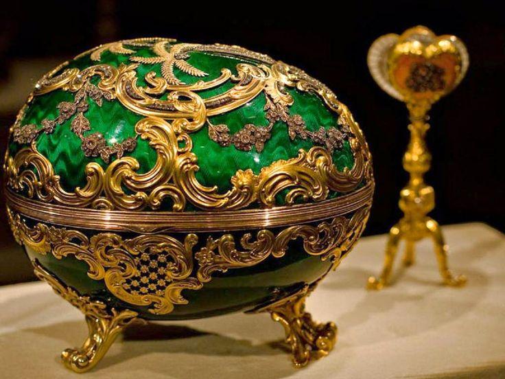 Ovo Fabergé-Cravejado de diamantes, rubis, pedras preciosas e tudo mais que remete a riqueza, o Ovo Fabergé se trata, obviamente, de uma joia (que, normalmente, vem com outra joia dentro). O valor? Cerca de 5 milhões de dólares, mais de 8 milhões de reais, cada um.