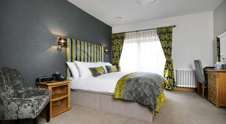 Ennios Boutique Hotel Southampton Opposite the Red Funnel ferry terminal and just minutes from the city centre and cruise terminals, Ennios is an Italian restaurant with boutique bedrooms that offer luxurious comfort.