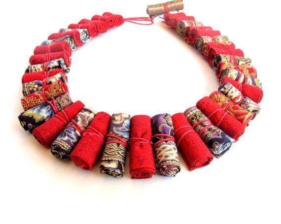 He encontrado este interesante anuncio de Etsy en https://www.etsy.com/es/listing/214356017/statement-modern-tribal-necklace-red