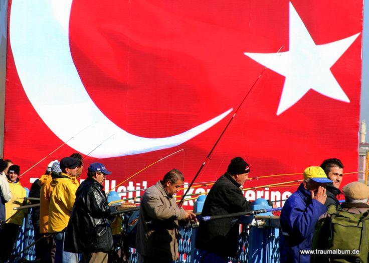 Auflösung vom Kreativen Sonntagsrätsel Nr 1 lautet Türkei, das Foto zeigt die Türkische Fahne auf der Galata Brücke, Istanbul