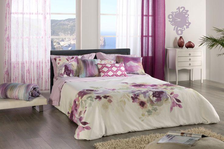 Idea para decorar una habitación de matrimonio. Funda nórdica Flor Grande en tonos malva a juego con los cojines y las cortinas. #habitacionmatrimonio #habitaciones #dormitorio #cama150 #fundanordica150 #kusbe #kusbefeelathome