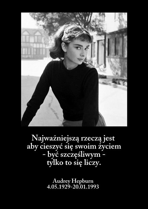 Audrey Hepburn była aktorką, modelką i działaczką humanitarną. Od 1988 roku do śmierci pełniła rolę Ambasadora Dobrej Woli w UNICEFIE. Często podróżowała po Ameryce Łacińskiej i Afryce. Zmarła na raka w 1993 roku.  Zapal swój znicz pamięci na: http://ariamemoria.com/category/miejsca-wspomnien/