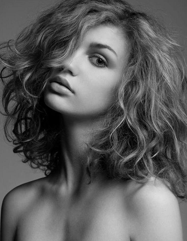 Pinterest 1 - Cheveux bouclés : quelques idées de coiffures pour les sublimer  - Elle