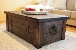 Rustiikkinen arkku toimii sohvapöytänä tai säilytyskalusteena. Coffer, coffee table. #finishdesign © AX-Design Oy, Finland