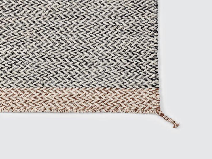 Ply Rug är en härlig matta från Muuto, designad av Margrethe Odgaard, och är tillverkad i 100% nyzeeländskt ull. Mattan finns i fem olika färger, som alla är tillgängliga i de tre olika storlekarna som täcker de flesta behov i hemmet. Kortsidorna har en avvikande färgton som både bjuder på en vacker kontrast och karaktär, samtidigt som det reflekterar gamla vävtraditioner i en frisk skandinavisk tappning.Välj din Ply Rug från Muuto i någon av de fem härliga färgtonerna Black-White, Dark…