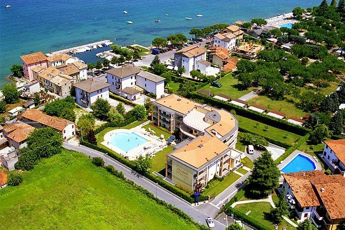 Residence Nettuno - Peschiera del Garda ... Garda Lake, Lago di Garda, Gardasee, Lake Garda, Lac de Garde, Gardameer, Gardasøen, Jezioro Garda, Gardské Jezero, אגם גארדה, Озеро Гарда ... Welcome toApartments Nettuno Peschiera del Garda.The Hotel Residence Nettuno lies in a typical fischer-town; the lake and the beach are only 50 m away. The historical centre of Peschiera del Garda is within walking distance, following a marvellous promenade along the l