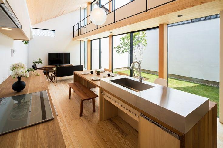 空を囲む家の部屋 ダイニングテーブル付きアイランドキッチンのあるLDK