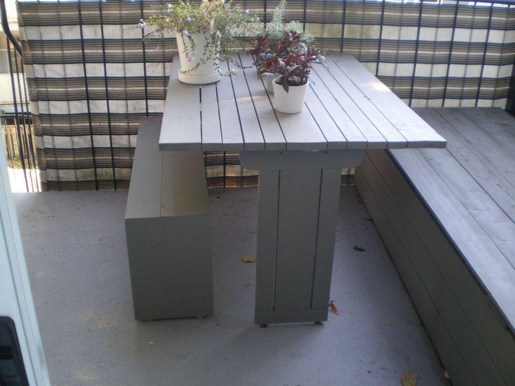 Table de balcon pour condo. Cèdre teint
