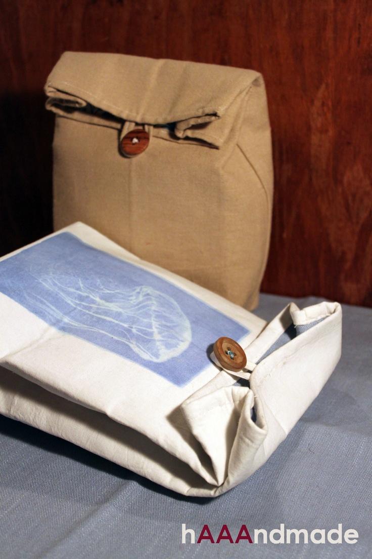 Grazie a #Lumi-Inkodye, #hAAAndmade sta dipingendo con la luce del sole. Una #medusa blu è comparsa sulla nostra #lunch-bag dopo l'esposizione al sole. La meravigliosa illustrazione è di Edward Blake Edwards. Thanks to #Lumi-Inkodye, hAAAndmade is printing with sunlight. A blue #jellyfish appeared after sun exposure on our lunch-bag! Wonderful illustration by Edward Blake Edwards.