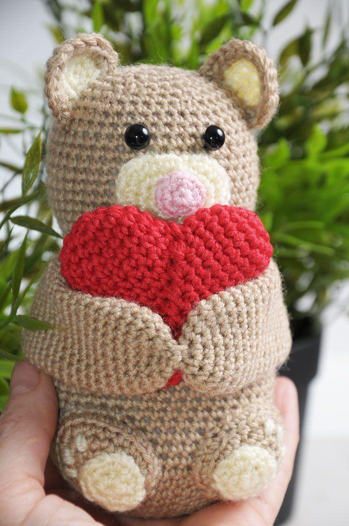 Ganchillo oso de peluche con un corazón de - patrón libre