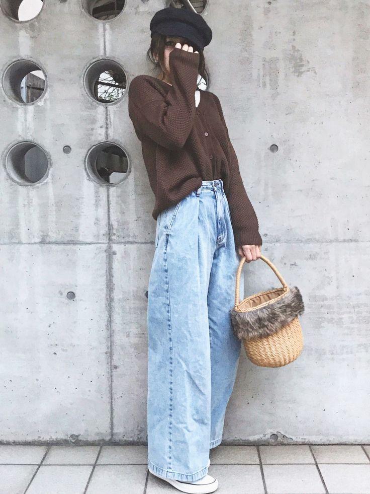 Sayaka͛♡꒰・・ミ ͛꒱さんのコーディネート  焦げ茶 ブラウン ワイドデニムパンツ キャスケット スニーカー かごバッグ