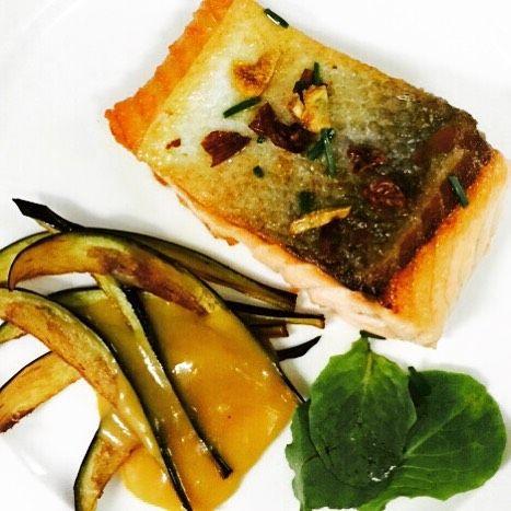 Completamente delicioso este #salmón con #berenjena y salsa de #naranja y #VINESENTI  #food #foodporn #amazing #instagood #photooftheday #sweet #lunch #fresh #tasty #foodie #delish #delicious #eating #foodpic #foodpics #eat #hungry #foodgasm #hot #foods by grupo_matarromera
