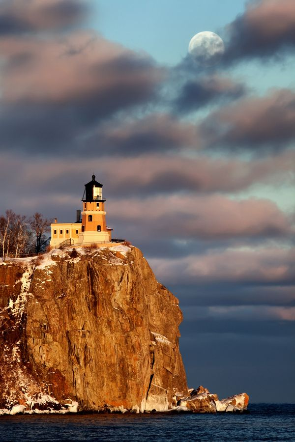 Moonrise and sunset at Split Rock Lighthouse, North Shore of Lake Superior, Minnesota: Old Lighthouses, Split Rocks Lighthouses,  Pharo, Lakes Superior,  Beacon Lights, North Shore, Lakes Michigan, Split Rock Lighthouse, Lights Houses