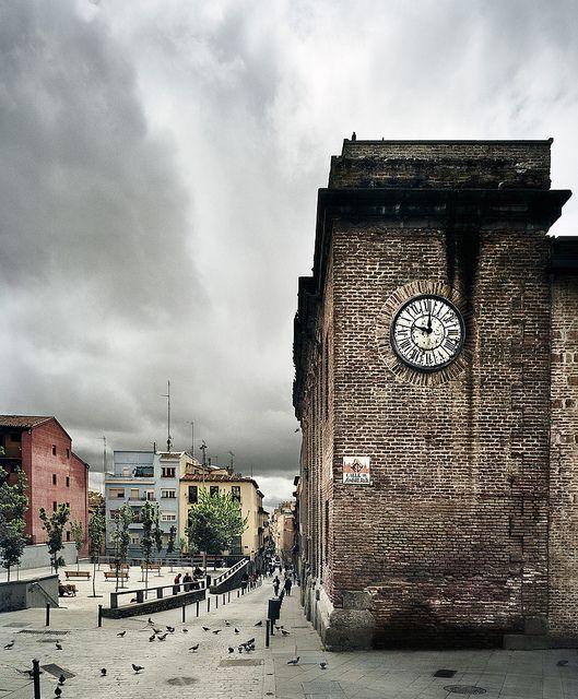 Esta plaza de Lavapiés... con las Escuelas Pías, su biblioteca y su azotea, y el Mercado de San Fernando...