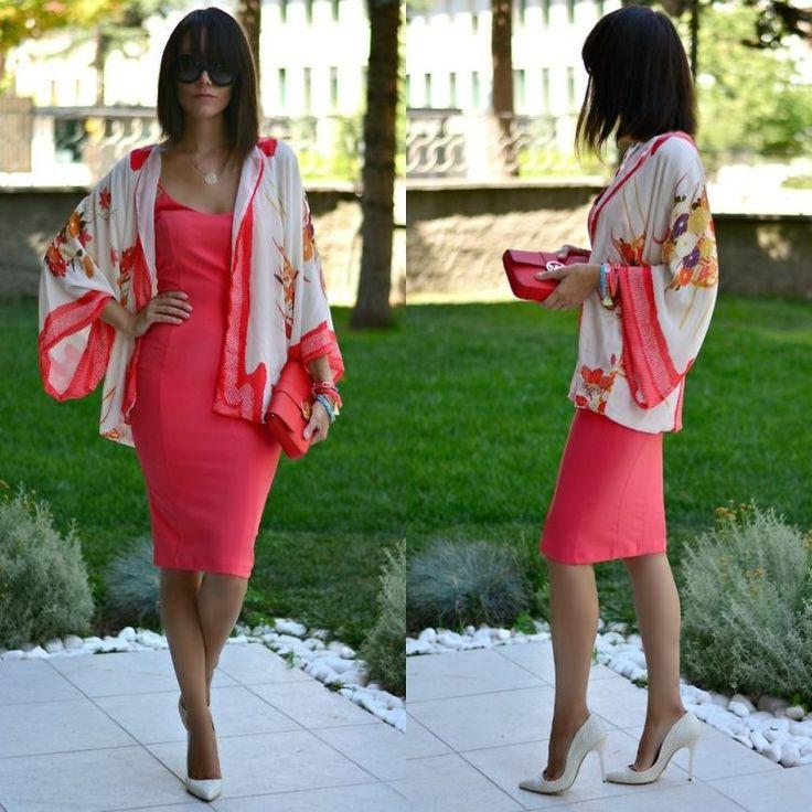 veste kimono femme sur une robe en corail et escarpins